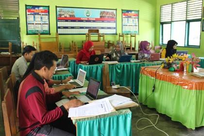 MTs Pesri Kendari Periksa hasil Ujian Madrasah dengan Aplikasi